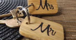 Mr and Mrs Keyring Gift set - Wedding Gift - Engagement Gift - His and Hers Gift - Bride and Groom Gift - Couples Gift - Oak wood keyring
