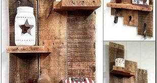 Kopieren Sie diese Holzpalettenregalidee, da Sie sie auf viele Arten nutzen können. Legen Sie Dekorationsgegenstände darauf, hängen Sie Schlüssel an die Haken, die an den Paletten befestigt sind, oder hängen Sie alles andere mit der Gefahr des Fehlens zusammen. Fügen Sie beliebig viele Regale hinzu
