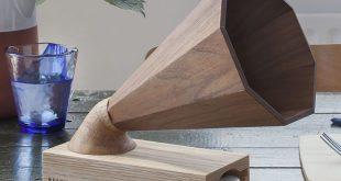 Ein wunderschöner handgefertigter Holzverstärker, der als Lautsprecher für jedes iPhone dient