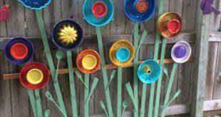 Gartenkunst mit Wackelpuddingformen, Tellern, Servierutensilien und lackiertem Holz. Pi
