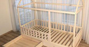 Holzhausbett ist aus Espe gemacht. Bevölkert