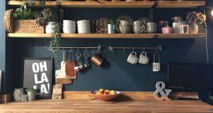 Laura hat Hague Blue an ihren Küchenwänden als Kulisse für ihr rustikales Regal … #WoodWorking