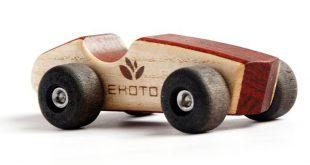 Öko-Holzspielzeug - ein Auto ist ein einfaches und sauberes Spielzeug mit einem...